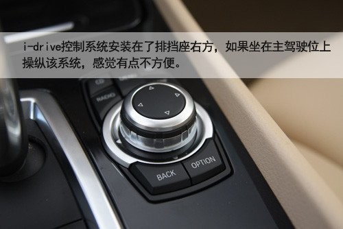 宝马730手刹在哪个位置求图解