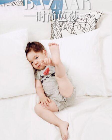 """杜江嗯哼父子时尚杂志展开""""萌力大对决"""""""