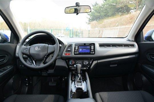 缤智1.5L车型搭载了Honda全新的Earth Dreams Technology(地球梦科技)动力总成系统。该款发动机最大功率96 kW,峰值扭矩155 Nm,与之匹配的是CVT变速器,据官方给出的数据称,缤智1.5L车型的综合油耗为5.9L/100km,具有不错的燃油经济性。  配置方面,缤智1.5L车型基本上保留了1.
