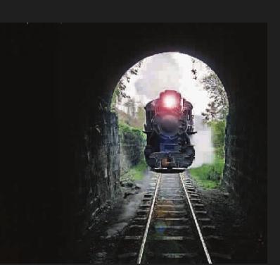 火车过隧道学费被吸出窗外 女生靠窗随手放包
