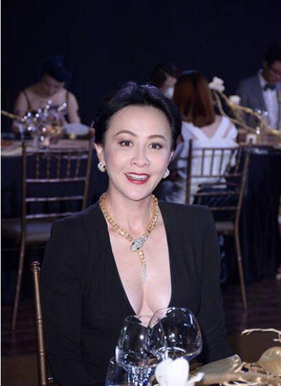 50岁刘嘉玲着超深V黑裙现身v视频视频依旧与性感跟性感美女拍图片