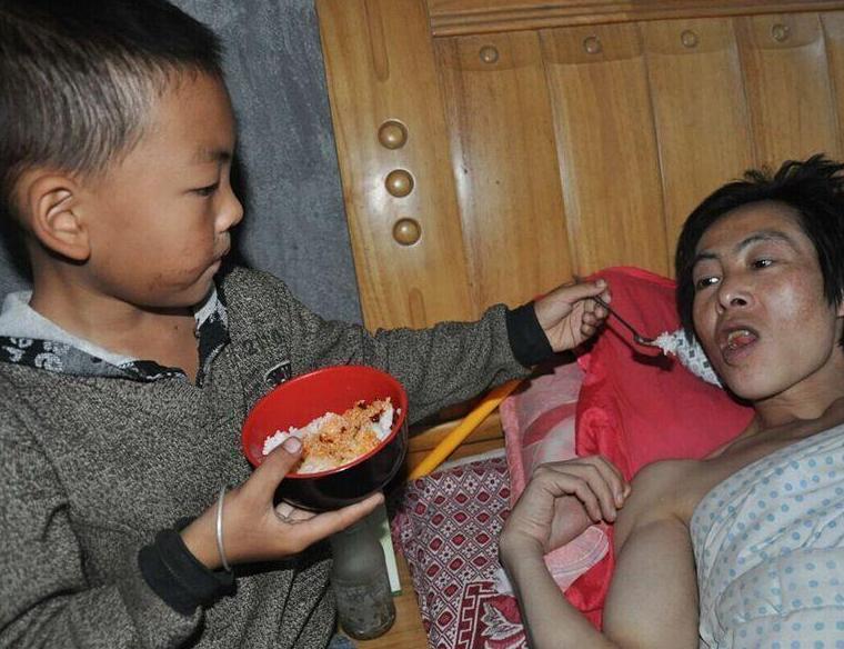 贵州7岁娃独自照顾瘫痪父亲 母亲带着3岁女儿