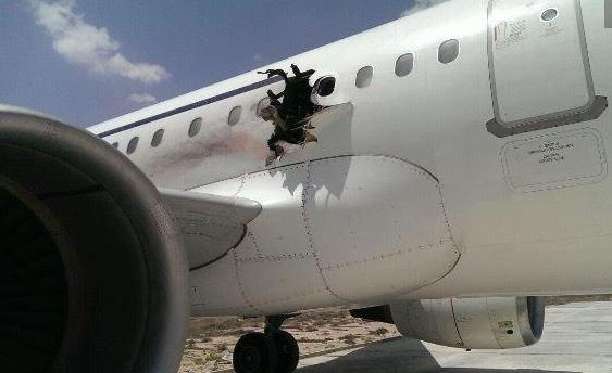 客机起飞后被炸出大洞