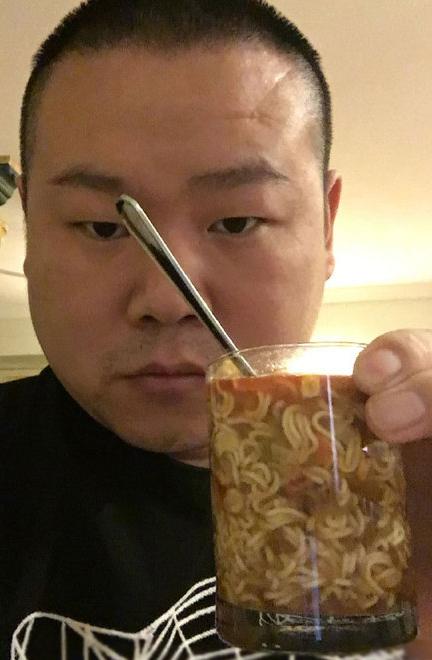 岳云鹏饿疯了用水杯泡面减肥期间凌晨4点被饿便秘瘦肚子图片