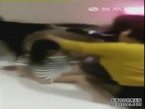 男女被捉奸在床多人互殴 女子被扒衣场面混乱不堪!(视频)