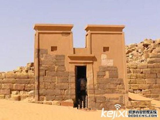 【科技讯】8月02日消息,苏丹竟出现神秘金字塔:石门刻冥界之神。金字塔一直以来被看作是古埃及的象征,然而事实上在古代的时候,埃及周边的一些文明也会使用金字塔来埋葬失去的人,而且这些闻名的金字塔并不只是用于皇室的下葬。    约从公元前3500年开始,尼罗河两岸陆续出现几十个奴隶制小国。约公元前3100年,初步统一的古代埃及国家建立起来。古埃及国王也称法老,是古埃及最大的奴隶主,拥有至高无上的权力。他们被看做是神的化身。他们为自己修建了巨大的陵墓金字塔,金字塔就成了法老权力的象征。因为这些巨大的陵墓外形