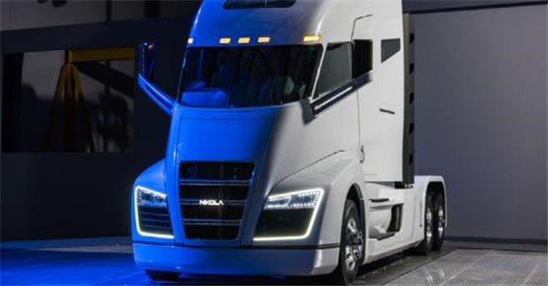 虽然美国下任总统特朗普的新政府更倾向于使用化石燃料,但是对于美国的清洁能源部门来说,绝对有着自己的想法。最近Nikola Motor公司刚刚发布了一款超大体积的8轮卡车,而这款新卡车最大的亮点就是使用氢燃料电池供电,续航里程将达到1900公里,预计会在2020年正式上市。  这款氢燃料卡车名叫Nikola One,专为长途陆路运输设计。根据公司介绍,这款Nikola One的单箱氢燃料可以提供1300到1900公里的续航里程,拥有1000马力和2000英镑·尺的扭矩。如果真的能够达到Niko