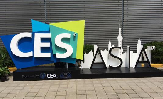 美国时间1月8日,全球最大的消费性电子展(CES),刚在拉斯维加斯落幕。CES向来是未来生活的风向球,从论坛讲者名单、全球科技大厂推出的新技术、新应用、新产品,就可以看出「智慧」风潮持续延烧,呈现智慧家电、智慧助理、智慧驾驶系统三王鼎立的局面。这些新技术会如何翻转我们的生活?今年的CES,最亮眼的三大趋势包括: 趋势1:管家人人有