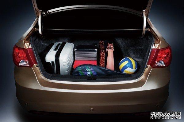 海马@3的长宽高为4545/1737/1495mm,轴距2600mm,前悬架采用麦弗逊式独立悬架+横向稳定杆,后悬架采用H型扭力梁式悬架,轮胎规格185/65 R15,全尺寸备胎。     配置方面,新车配备ABS+EBD、前排安全气囊、速度感应自动落锁、行车电脑、ECO节能模式、真皮/多功能方向盘、伴我回家大灯延时等。    新车搭载永磁同步电机,电机最大功率62kW(84PS),峰值扭矩220Nm。    海马@3纯电动车采用三元锂电池,电池容量26.