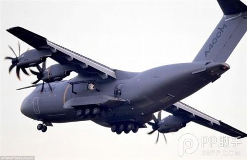 飞机在英国皇家空军基地起飞