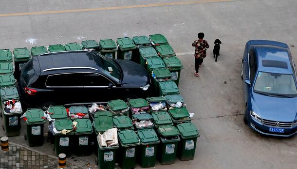 热门 汽车被40垃圾桶包围