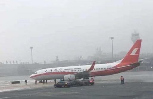 上航一飞机滑出跑道,上航飞行部总经理已被撤职。从上海航空公司了解到,今天上午10时30分左右,上海航空公司一架飞机(航班号为FM9220乌鲁木齐-上海虹桥),在乌鲁木齐地窝堡国际机场起飞时滑出跑道,机上人员安全。据上航相关负责人介绍,不排除是飞机滑出时转弯速度、角度及跑道结冰等综合影响所致。  上航一飞机滑出跑道 上航飞行部总经理已被撤职   据@新华上海快讯 12月13日,上航一架飞机在乌鲁木齐机场推出滑行时,在转弯过程中因地面结冰,机组操作不当致前轮滑出滑行道。机上人员安全,后续旅客已妥善安排。