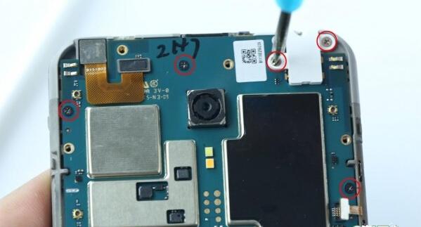 显示屏,触摸屏连接线位于电路板背面