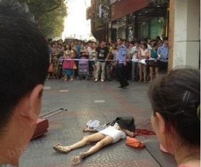 子躲家暴被当街砍死男子用剁骨刀狂砍表情,汽对付舌头妻子包吐图片